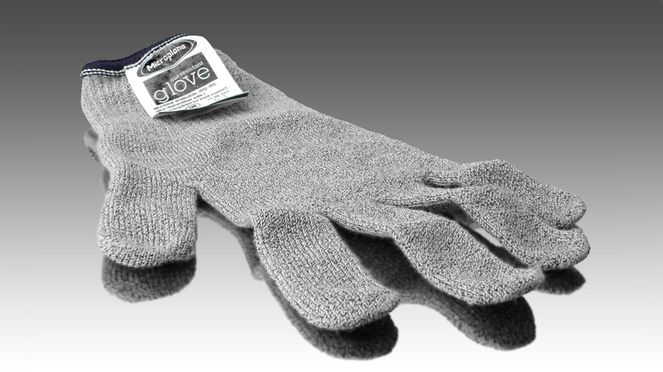 The protective glove is made from cut resistant fibres