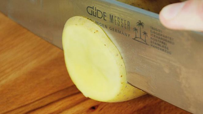chef's knife of the Güde knife set in use