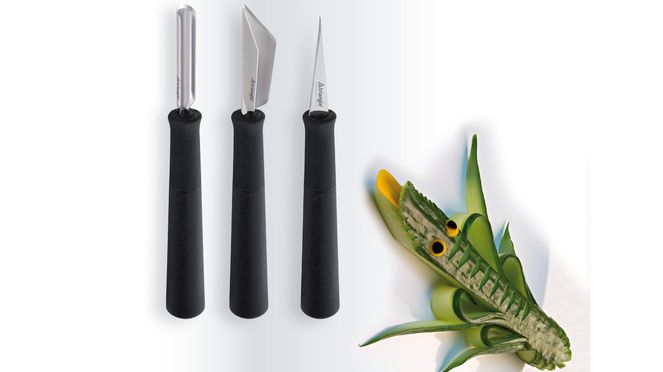 The carving tool set basic contains 3 carving tools