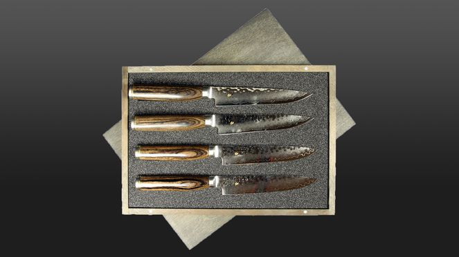 The steak knives set Shun Premier with the hammer stroke surfaces is a real eye-catcher