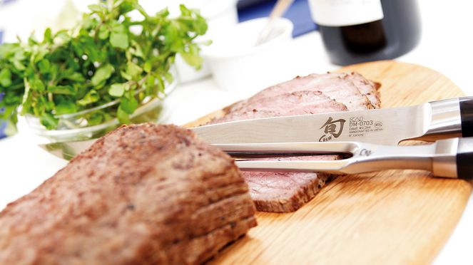 The carving set serves for cutting roasts