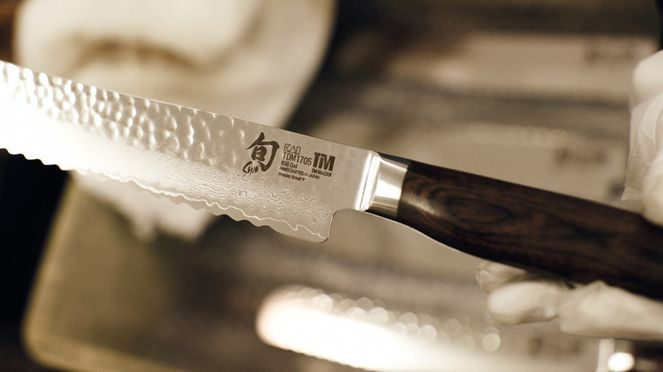 Tim Mälzer bread knife with hammer stroke surface is an eye-catcher