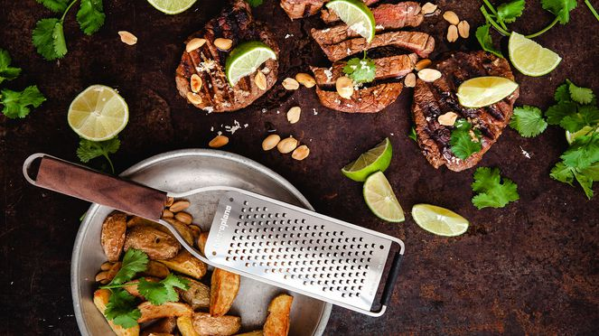 Grobe Raspel Microplane mit BBQ Steak